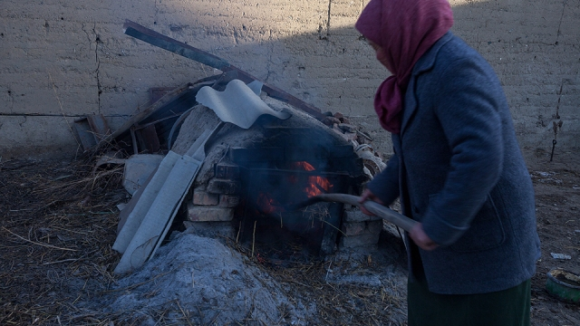 this lady is preparing bread for the family. with the temperature fell as far as -25c in winter, you can actually put your food in the freezer to keep them warm! hehe...