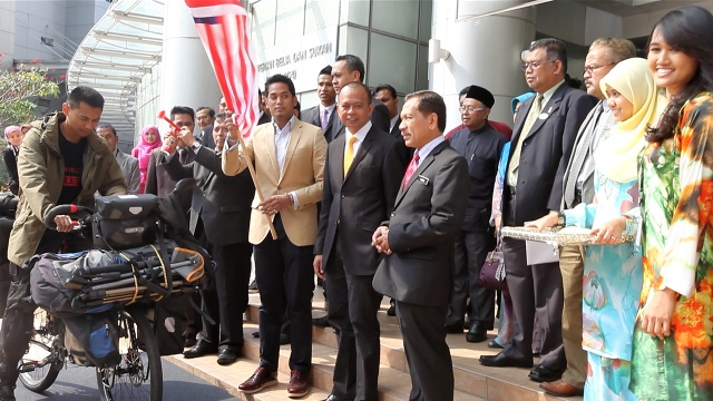 The minister, YB Khairy Jamaluddin completing the flagoff ceremony