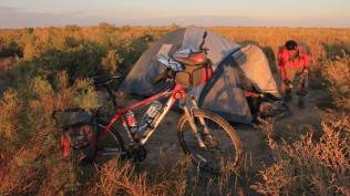 Setting up the tent on the steppe