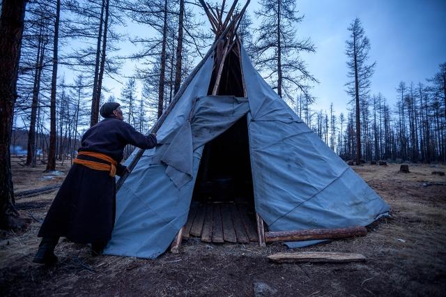 a Tsataan man was preparing my hut for the night