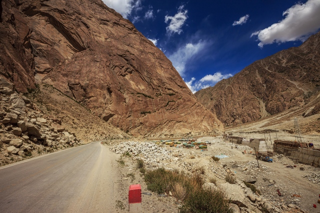 through the huge pile of stones in the Kunlun Mountains