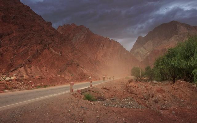 bad weather, towards the Taklamakan Desert, almost back to Kashgar