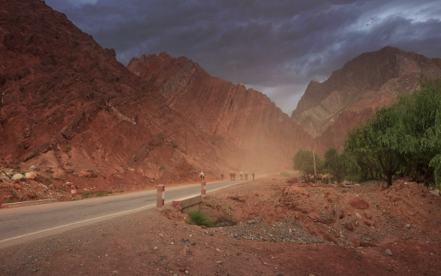 bad weather, towards the Taklamakan Desert, almost back to Kashgar