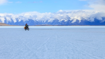 Motorbikes and vans still able to pass by this completely frozen lake of Tsagaan Nuur even its end of April, Northern Mongolia